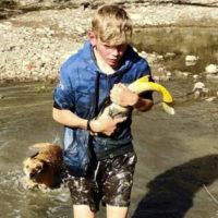 Ragazzo salva i pesci dalla siccità